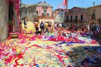 Palazzolo Acreide (SR) - 29 giugno 2007 festa di San Paolo Apostolo Patrono della Città, la piazza duomo stracolma degli 'nzareddi dell'uscita.  - Palazzolo acreide (27373 clic)