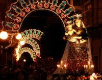 Catenanuova 23 settembre 2007 - Festa di Maria SS. delle Grazie compatrona della città, la processione su via Umberto illuminata a festa. (Foto Riccardo Spoto)  - Catenanuova (1652 clic)