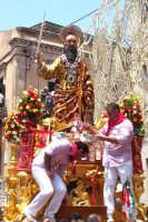 Palazzolo Acreide (SR) - 29 giugno 2007 festa di San Paolo Apostolo Patrono della Città, il Santo riceve le offerte.  - Palazzolo acreide (1526 clic)