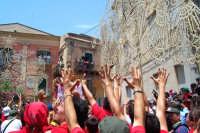 Palazzolo Acreide (SR) - 29 giugno 2007 festa di San Paolo Apostolo Patrono della Città, l'arrivo nella piazza principale mentre i devoti acclamano al Santo innalzando le mani.  - Palazzolo acreide (1437 clic)