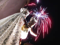 Catenanuova 23 settembre 2007 - Festa di Maria SS. delle Grazie compatrona della città, l'uscita dalla Chiesa Madre salutata dai fuochi d'artificio. (Foto Riccardo Spoto)  - Catenanuova (1820 clic)