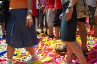 Palazzolo Acreide (SR) - 29 giugno 2007 festa di San Paolo Apostolo Patrono della Città, il tappeto di carte multicolori al passaggio dei fedeli dopo l'uscita.  - Palazzolo acreide (1586 clic)
