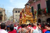 Palazzolo Acreide (SR) - 29 giugno 2007 festa di San Paolo Apostolo Patrono della Città, si avvia la processione verso il centro storico tra la folla di fedeli e turisti.  - Palazzolo acreide (1570 clic)