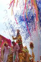 Palazzolo Acreide (SR) - 29 giugno 2007 festa di San Paolo Apostolo Patrono della Città, mentre esplodono altri nastri colorati, il Santo riceve dal sindaco la fascia tricolore, a simboleggiare che oggi il primo cittadino è San Paolo.  - Palazzolo acreide (1775 clic)