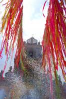 Palazzolo Acreide (SR) - 29 giugno 2007 festa di San Paolo Apostolo Patrono della Città, particolare della Basilica durante il lancio degli 'nzareddi.  - Palazzolo acreide (1581 clic)