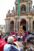Palazzolo Acreide (SR) - 29 giugno 2007 festa di San Paolo Apostolo Patrono della Città, l'uscita del reliquiario nella ripida scalinata della Basilica mentre calano gli angeli dalla torre campanaria.  - Palazzolo acreide (1902 clic)