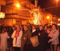 Catenanuova 13 dicembre 2004, festeggiamenti in onore di S. Lucia, nella foto anche alcuni esponenti del comitato.  - Catenanuova (5135 clic)
