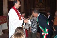 Regalbuto 11 agosto 2007 - Festa del Patrono San Vito martire, al rientro il Parroco Don Alessandro Magno regge la reliquia per il bacio da parte del Sindaco e dei fedeli.  - Regalbuto (3711 clic)