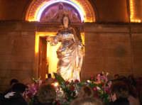 Catenanuova 13 dicembre 2004, festeggiamenti in onore di S. Lucia, l'uscita dalla Chiesa Maria SS. Immacolata.  - Catenanuova (3338 clic)