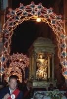 Regalbuto 11 agosto 2007 - Festa del Patrono San Vito martire, la vara col Santo nella via Gianfilippo Infrassia illuminata a festa.  - Regalbuto (2662 clic)