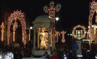 Regalbuto 11 agosto 2007 - Festa del Patrono San Vito martire, la processione lascia la piazza principale per dirigersi nelle vie del centro storico.  - Regalbuto (2303 clic)
