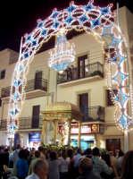 Regalbuto 11 agosto 2007 - Festa del Patrono San Vito martire, scorcio della vara col Santo attesa dai fedeli.  - Regalbuto (2119 clic)