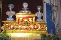 Regalbuto 11 agosto 2007 - Festa del Patrono San Vito martire, il reliquiario ligneo con i busti argentei dei Santi Modesto, Vito e Crescenzia.  - Regalbuto (2687 clic)