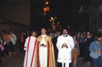 Catenanuova (EN), 22 maggio 2007 - Festa di Santa Rita da Cascia, corso Vitt. Emanuele il Parroco Don Natale Bellone con Don Giorgio Martin e i fedeli attorno alla Santa.  - Catenanuova (1661 clic)