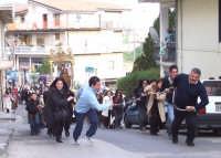 Catenanuova - festa di San Giuseppe 19 marzo 2007, la tradizionale salita di corsa in via Venezia tra il grido dei devoti Evviva San Giuseppi  - Catenanuova (2127 clic)
