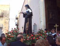 Catenanuova (EN), 22 maggio 2007 - Festa di Santa Rita da Cascia, l'uscita dalla Chiesa Madre tra lo sparo dei mortaretti e l'entusiasmo dei fedeli.  - Catenanuova (1626 clic)