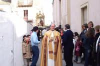 Catenanuova - festa di San Giuseppe 19 marzo 2007, si avvia la processione, il Parroco Don Natale Bellone tra i fedeli  - Catenanuova (2057 clic)