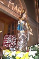 Catenanuova, 13 dicembre 2006, Festa di Santa Lucia; la Santa adorna dai preziosi ex-voto rientra nella Chiesa Maria SS. Immacolata dove viene custodita durante l'anno.  - Catenanuova (1671 clic)
