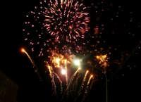 Catenanuova, 13 dicembre 2006, Festa di Santa Lucia; alla fine della processione i fuochi pirotecnici salutano la Santa al prossimo anno.  - Catenanuova (1663 clic)