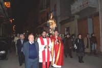 Catenanuova, 13 dicembre 2006, Festa di Santa Lucia; la processione in corso Vitt. Emanuele, il Parroco Don Natale Bellone e Don Giorgio Martin assieme ai fedeli attorno alla Santa.  - Catenanuova (3563 clic)