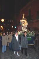 Catenanuova, 13 dicembre 2006, Festa di Santa Lucia; la processione in via Umberto, alcuni fedeli fanno il viaggio scalzi.  - Catenanuova (2186 clic)