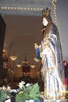 Catenanuova, 13 dicembre 2006, Festa di Santa Lucia; l'artistico simulacro sosta davanti all'ingresso della Chiesa Madre San Giuseppe.  - Catenanuova (1643 clic)