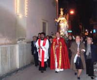 Catenanuova, 13 dicembre 2006, Festa di Santa Lucia; la processione arriva in piazza Municipio, il Parroco Don Natale Bellone, Don Giorgio Martin e i fedeli.  - Catenanuova (2257 clic)