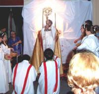 Catenanuova (EN), 10 giugno 2007 Solennità del Corpus Domini, Don Giorgio Martin impartisce la benedizione davanti a un altarino. (Foto concessa dal carissimo Nicolò Fiorenza)  - Catenanuova (1630 clic)