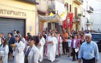 Catenanuova (EN), 10 giugno 2007 Solennità del Corpus Domini, la processione in via Roma. (Foto concessa dal carissimo Nicolò Fiorenza)  - Catenanuova (1876 clic)