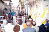 Catenanuova (EN), 10 giugno 2007 Solennità del Corpus Domini, la processione in via Roma si ferma dinanzi al primo altarino. (Foto concessa dal carissimo Nicolò Fiorenza)  - Catenanuova (2097 clic)