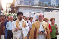 Catenanuova (EN), 13 giugno 2007 Festa di Sant'Antonio di Padova, la processione arriva in Chiesa Madre, Don Giorgio Martin col Parroco Don Natale Bellone.  - Catenanuova (1628 clic)