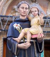 Catenanuova (EN), 13 giugno 2007 Festa di Sant'Antonio di Padova, particolare del simulacro, opera lignea del 2000 proveniente da Padova.  - Catenanuova (1692 clic)