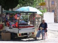 Bancarella. Ambulante ma a posto fisso.sempre presente al Santuario di Gibilmanna.  foto peppino carollo  - Gibilmanna (5489 clic)