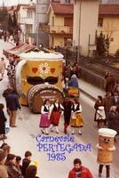 CARNEVALE  1985    (Foto di Bruno Marino)  IL CARRO ALLEGORICO DELLA BIRRERIA EHNRY ALLA  SFILATA PREMIATO COME MIGLIORE COMPOSIZIONE.  NOTARE LE RAGAZZE IN COSTUME ORIGINALE AUSTRIACO    PERTEGADA (UD) FEB.1985  - Ragusa (3213 clic)