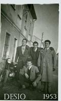 AMICI  1953                (Foto di Bruno Marino) BRUNO CON AMICI VENETI ANCHE ESSI EMIGRATI PER UN AVVENIRE MIGLIORE.    DESIO (MI) 1953  - Ragusa (3333 clic)