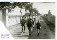 BOY SCOUTS - (Foto di Bruno Marino) 1951 RITORNO DA UNA MISSIONE PERICOLOSA.I GIOVANI GUERRIERI SI RITIRANO CON GRAVI..PERDITE!!(felici!!) 30/09/1951    - Ragusa (3336 clic)