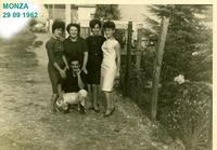 MONZA  1962         (Foto di Bruno Marino) BRUNO CON MAMMA MOGLIE(a sinistra) E AMICHE a MONZA NEL