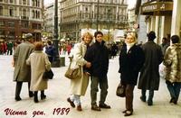 VIENNA  1989      (Foto di Bruno Marino)  UNA BELLA GIORNATA A VIENNA. UN FREDDO SIBERIANO  CON VENTO GELIDO CHE SI INGOLFAVA TRA I PALAZZI  CREANDO DEI SPIFFERI CHE TI GONGELAVA TUTTO IL  CORPO ANCHE NELLE PARTI...INTIME!!    VIENNA AUSTRIA GEN. 1989  - Ragusa (2491 clic)