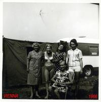 VIENNA 1966          (Foto di Bruno Marino)  ANNA FIALOVA CON LE SUE BAMBINE CRESCIUTELLE !            VIENNA AUSTRIA 1966  - Ragusa (2942 clic)