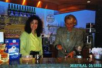 ELEGANT BARMAN 1993   (Foto di Bruno Marino)  E' UN PICERE FARSI SERVIRE DA QUESTE STUPENDE  CREATURE.LA SIGNORILITA' NON HA PREZZO.  MITICO  MISTRAL BAR 05/1993  - Ragusa (3249 clic)
