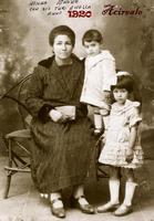 NONNA VENERA 1920 (Foto di Bruno Marino) NONNA VENERA CUN I FIGLI TURI E NELLA INACIREALE   1920  - Ragusa (3591 clic)