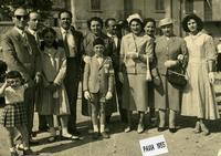 FAM. MARINO   1955   (Foto di Bruno Marino) QUELLA BELLA FIGLIOLA (ultima a destra) E' MIA SORELLA VENERINA NEL FULGORE DEI SUOI 18 ANNI. SIAMO A PARMA CON AMICI IN OCCASIONE DI UNA CRESIMA. ANNO 1955  - Ragusa (3413 clic)
