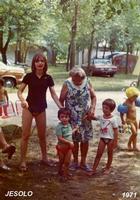 JESOLO  1971            (Foto di Bruno Marino) IN  CAMPEGGIO A JESOLO LIDO NEL 1971  LA MAMMA CON PAOLA E MORENO  - Ragusa (3294 clic)
