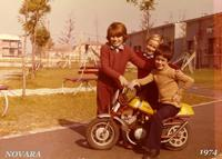 GIOVANI MOTOCICLISTI 1974  (Foto di Bruno Marino)  GIOVANI TENERI BULLETTI    NOVARA 1974   MORENO (in sella) GABY NORBERT  MORENO OGGI E' UN OTTIMO PILOTA AMATORIALE E' IN   PISTA FA' BUONI TEMPI.  IN STRADA VA'CON MOLTA   PRUDENZA E ACCORTEZZA !!  - Ragusa (3936 clic)