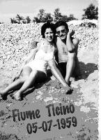 INNAMORATI  1959      (Foto di Bruno Marino)  QUANTA ACQUA E' PASSATA SOTTO I PONTI !!!      FIUME TICINO 1959  - Ragusa (3167 clic)