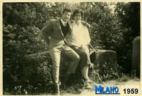 GIOVANI  AMORI  1959       (Foto di Bruno Marino)  GIOVANI FIDANZATI IN....LIBERA USCITA.   MILANO 1959  - Ragusa (3169 clic)
