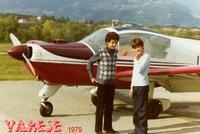 BATTESIMO       (Foto di Bruno Marino)  MORENO E IVAN PRONTI PER IL BATTESIMO DELL'ARIA  PER NULLA IMPAURITI UN'PO'EMOZIONATI.    VARESE CAMPO VOLO 1979  - Ragusa (2973 clic)