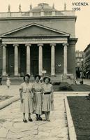 VICENZA 1956      (Foto di Bruno Marino) ZIA GIUSEPPINA CON MAGDA E GABRIELLA.VICENZA 1956   - Ragusa (3251 clic)