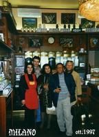 DA  PATRIZIA  1997     (Foto di Bruno Marino)  MIA SORELLA CON PATRIZIA NEL LORO BAR A MILANO     MILANO OTT.1997  - Ragusa (2571 clic)