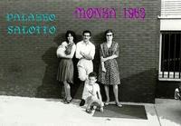 MONZA  1963               (Foto di Bruno Marino) CON MAGDA ED ELISA DIPENDENTI DELLA PRIMA GRANDE ESPOSIZIONE DELLA LOMBARDIA DI SALOTTI UNA IDEA IMPORTATA DAGLI U.S.A.DAL PROPRIETARIO SIGNOR GRECO.DOPO QUESTA IDEA E STATA SFRUTTATA E LE GRANDI ESPOSIZIONI SONO NATE COME I FUNGHI.    - Ragusa (2777 clic)